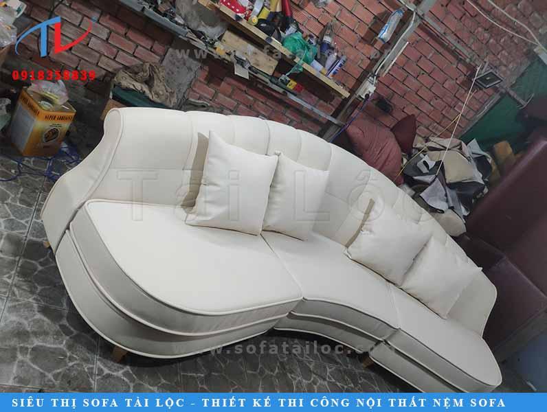 Tại xưởng sản xuất nội thất sofa Tài Lộc, công ty chuyên dùng những chất liệu có màu sắc đơn giản, hoa văn nhẹ nhàng có thể phù hợp với nhiều kiểu nhà. Tuy nhiên, khách hàng có thể đặt đóng theo bất kỳ gam màu nào mà mình yêu thích.