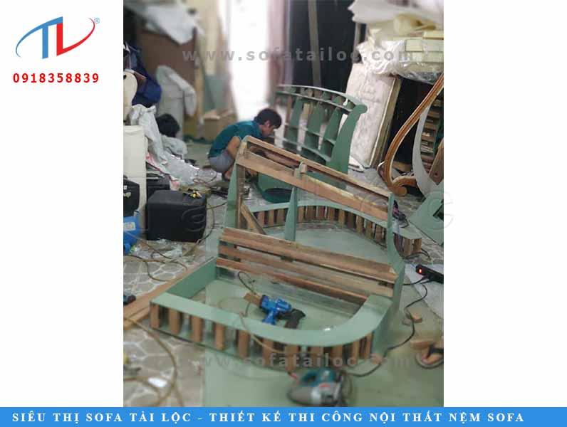 Việc đóng khung ghế còn dựa theo sự tỉ mỉ khi cắt ván để bo trọn ghế tạo nên sự chắc chắn.