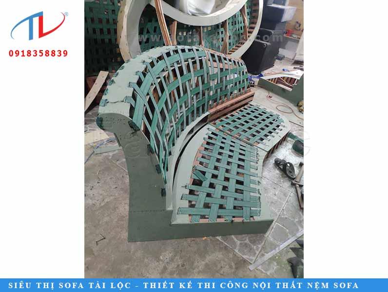 Sau đó khung ghế sẽ được gắn thêm lò xo để tạo độ đàn hồi. Ngoài ra còn được gia cố bằng dây thun một cách cẩn thận.