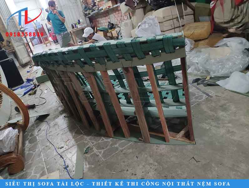 Tại xưởng sản xuất ghế sofa, từng thanh gỗ được sắp xếp và lồng ghép tinh tế để lên phần khung.