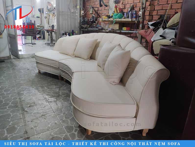 Tại xưởng sản xuất sofa uy tín, bộ ghế có đẹp hay không phụ thuộc phần lớn vào công đoạn may bọc.