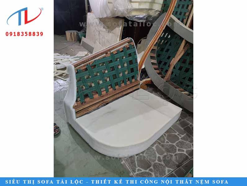 Sau đó, ghế sẽ được phủ lên những tấm mouse mỏng che lại phần khung ban đầu.