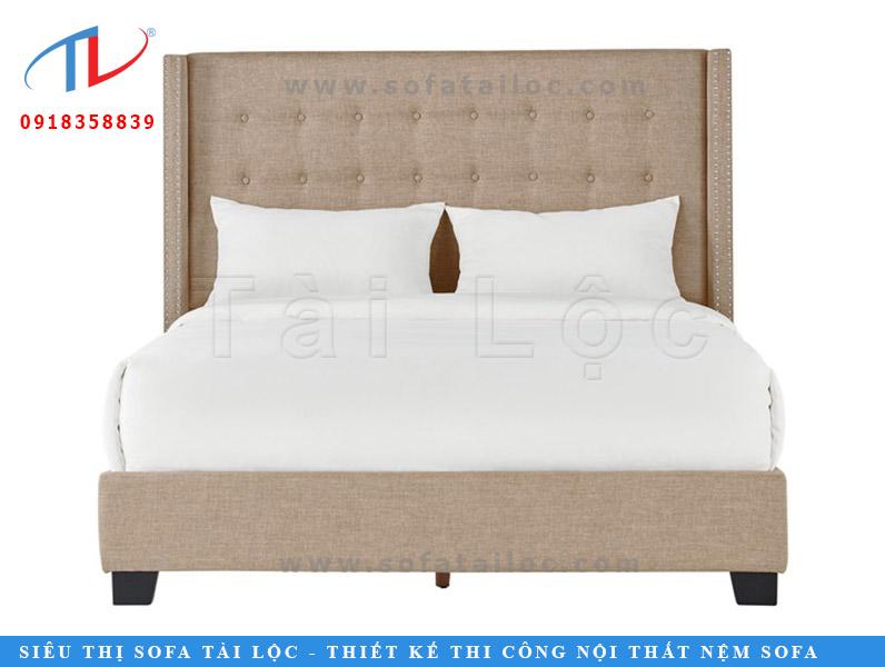 Tính ứng dụng vào không gian của mẫu giường ngủ có gam màu trung tính này cũng khá ấn tượng. Tuy nhiên, nếu bạn đặt nó vào căn phòng ốp sàn gỗ hay đá màu sáng như kem, trắng. Căn phòng của bạn sẽ ngập tràn sự ấm cúng và cảm giác thân quen.