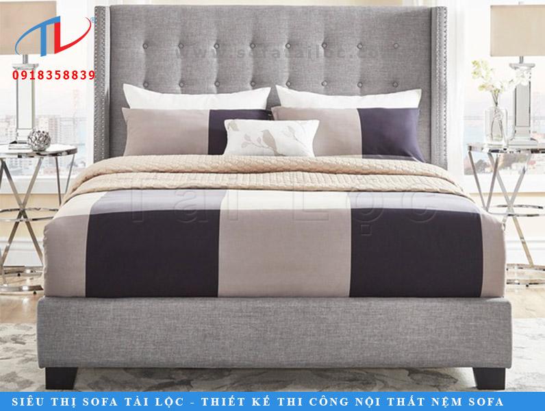 Được thiết kế đơn giản với mảng vuông hình chữ nhật, bo góc nhẹ nhàng ở 2 bên phần đầu giường. Điểm nhấn chính của mẫu giường bọc vải Harvey Linen chính là hàng nút được đơm kết khéo léo. Mang tới một không gian nhẹ nhàng và đầy tinh tế.