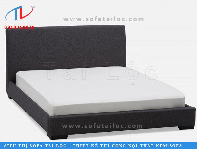 Kiểu giường ngủ đầu bọc nệm đơn giản có thể sang chảnh lên nhiều nhờ những chiếc chân gỗ xinh xắn.