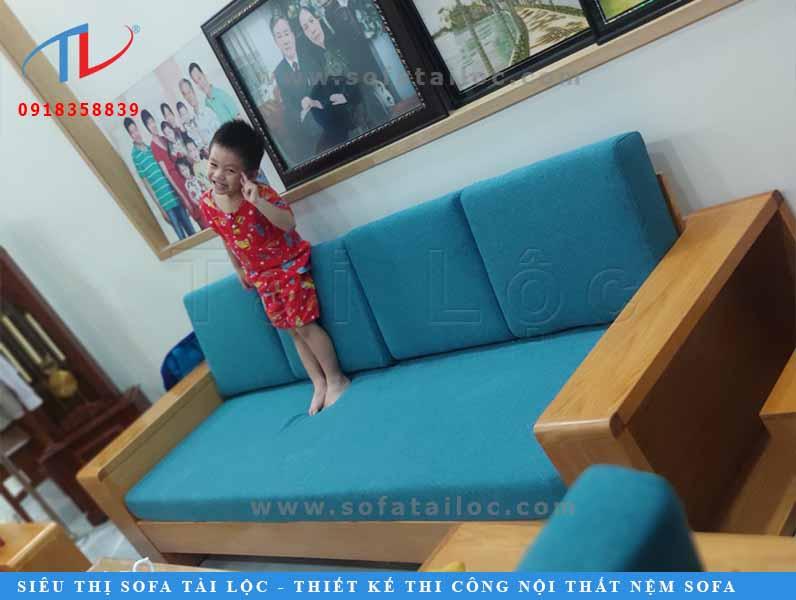 Mẫu nệm ghế gỗ là do chính chị tự chọn và phối màu, vô cùng êm ái và phù hợp với không gian.