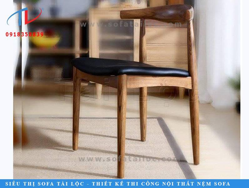 Mẫu bàn ghế cafe gỗ nệm bọc da hiện đại CF24 này thường được đặt tại các không gian quán cafe mở hiện nay. Lấy đường vân gỗ làm điểm nhấn. Phối hợp hài hòa giữa màu gỗ nâu với chất liệu da màu đen mang đến mẫu ghế da cafe gỗ đẹp mắt và tinh tế