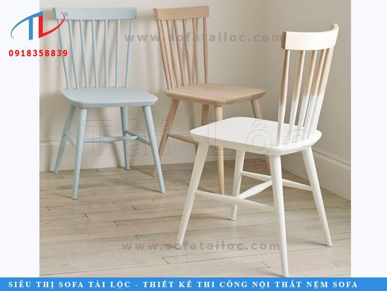 Mẫu bàn ghế cafe xanh trắng bằng gỗ này đang khuấy động giới nội thất trong vài năm gần đây. CF06 có kiểu dáng mộc mạc và thanh lịch với thiết kế gọn gàng, đơn giản. Đường nét mảnh nhẹ giúp mẫu ghế trông thanh lịch hơn.