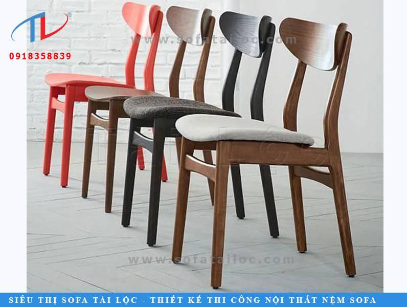 CF33 là mẫu bàn ghế quán cafe sân vườn thường thấy tại các quán cafe hiện nay. Mẫu ghế này thường được làm từ gỗ sồi, gỗ cao su hoặc tràm. Tùy theo sở thích và mục đích sử dụng có thể làm nệm êm hoặc để mặt gỗ không đều toát lên được nét đẹp hiện đại của nó.