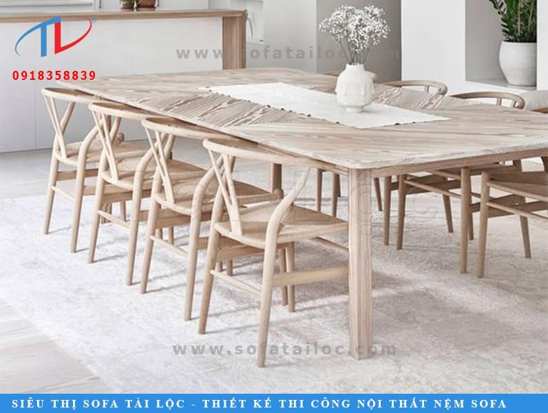 Mẫu bàn ghế cafe gỗ giá rẻ CF15 với phần lưng chữ V tao nhã. Có thể giữ màu gỗ nguyên bản hoặc sơn sửa theo tông màu của quán sao cho tổng thể hài hòa nhất.