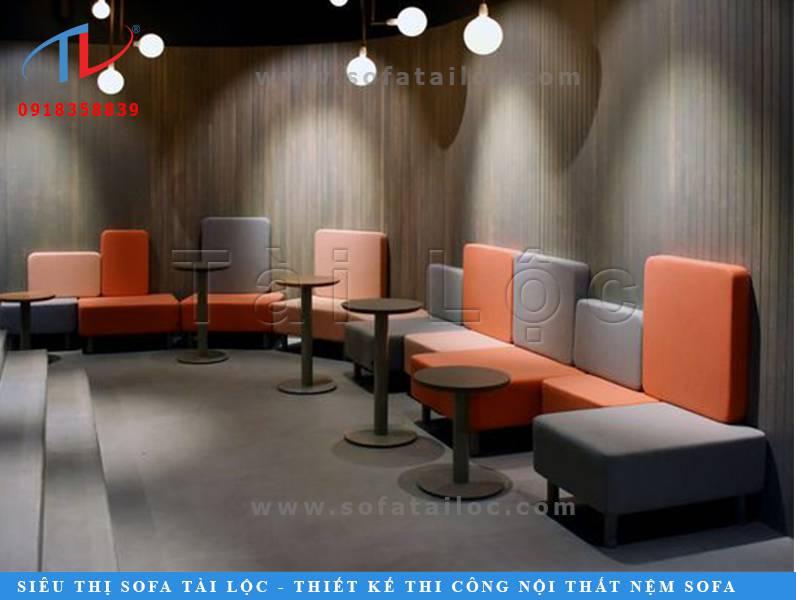 Một sự pha trộn tinh tế giữa các hình khối vô cùng đơn giản và tinh tế. Một bộ bàn ghế sofa cafe đẹp khi đặt vào một không gian nội thất gỗ ấm cúng, hòa trộn ngọt ngào giữa tông cam nhẹ nhàng cùng màu xám thanh lịch. Tất cả tạo nên một không gian đầy sức cuốn hút.