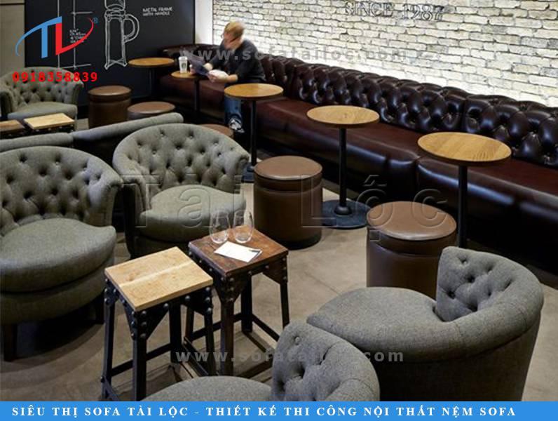 Những mẫu ghế sofa cafe TPHCM thường chuộng các thiết kế bàn ghế hiện đại rút nút tinh tế. Điều này không chỉ làm không gian bậc lên vẻ sang trọng mà còn có cảm giác rất lôi cuốn.
