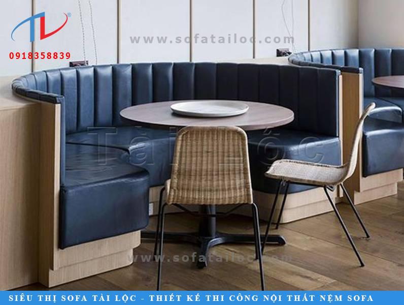 Một chiếc ghế cafe sofa có hình bán nguyệt thường có kích thước khá lớn. Thế nên nó thường chỉ phù hợp khi đặt vào những không gian có kích thước rộng rãi một tí. Việc quan tâm đến kích thước ghế sofa cafe cũng là yếu tố cần để bạn sở hữu một không gian quán cân bằng, đẹp mắt.