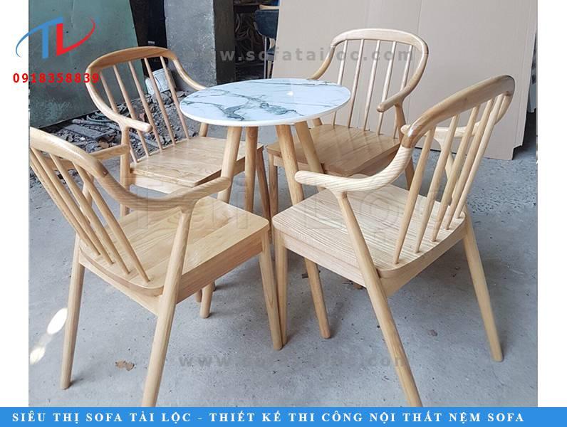 Mẫu bàn ghế cafe gỗ chất lượng được làm từ gỗ tự nhiên với màu gỗ sáng bắt mắt, đường vân gỗ ấn tượng và thiết kế bo tròn thoải mái khi tựa tay, bàn tròn nhỏ tạo cảm giác quây quần và thoải mái hơn khi cùng nhau trò chuyện.
