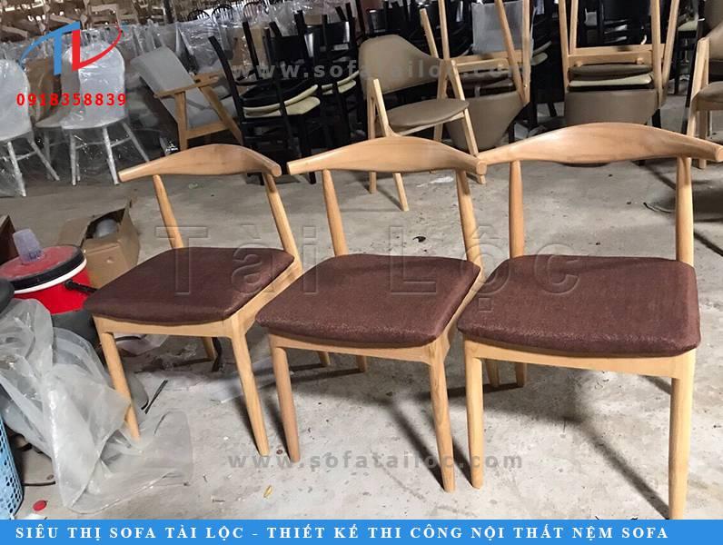 Mẫu bàn ghế cafe bọc nỉ đơn giản với thiết kế gọn gàng, chất liệu gỗ tự nhiên cao cấp và bọc nỉ êm mềm, màu sắc trầm ấm cho không gian quán tinh tế hơn!