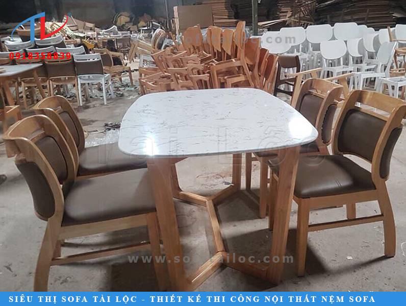 Bàn ghế cafe cao cấp từ gỗ hạng sang với các đường vân gỗ ấn tượng, màu sắc đơn giản và tinh tế. Ghế cafe còn được bọc nệm mút siêu êm, phần tựa lưng cũng được bọc nệm dày để tạo cảm giác thoải mái nhất cho người sử dụng.