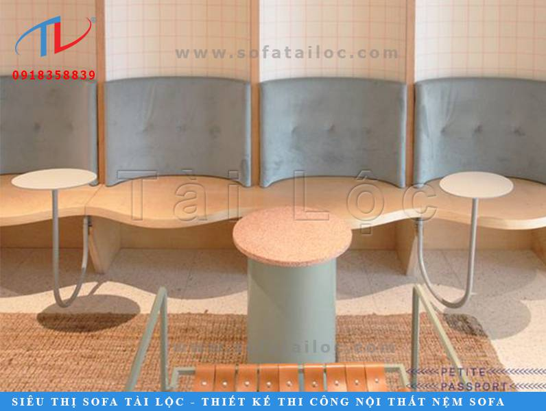 Một thiết kế bàn ghế cafe gỗ bọc nệm cực kỳ lạ mắt