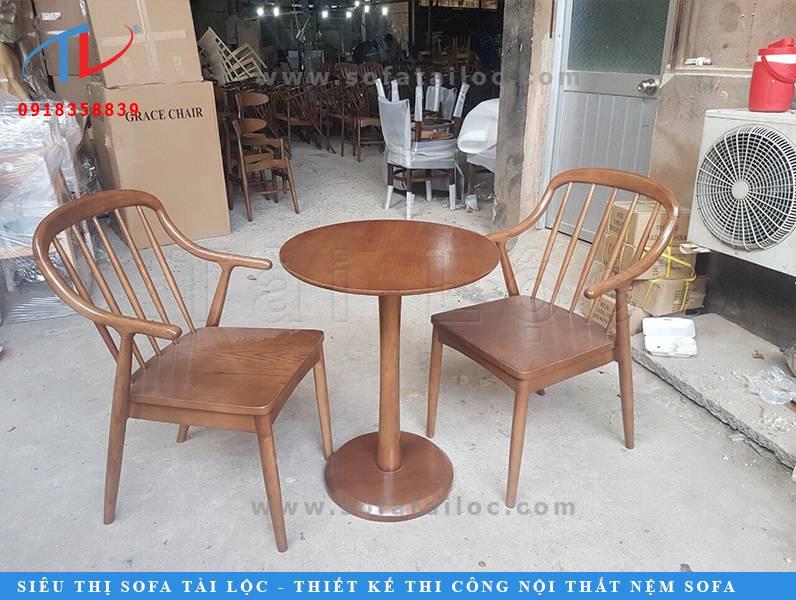 Mẫu ghế cafe gỗ hơi hướng vintage với màu gỗ nâu trầm ấm, nhẹ nhàng thích hợp với không gian quán bình yên, mở những bản nhạc nhẹ nhàng để khách hàng vừa thưởng thức cafe, vừa thư giãn đầu óc sau khoảng thời gian làm việc hay học tập mệt mỏi.