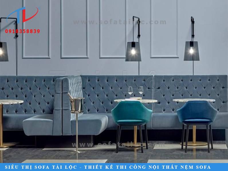 Lại thêm một ý tưởng thiết kế sofa cafe cực kỳ đẹp mắt SQCF20 với tông màu xanh nhung tinh tế và cổ điển. Giúp không gian quán cafe thêm xinh và ấn tượng hơn hẳn.