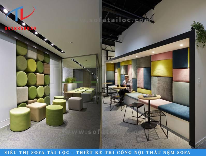 Những ý tưởng thiết kế sofa cafe đẹp nhất khi nó có kích thước và mẫu mã phù hợp với diện tích quán. Nếu biết phối hợp cùng những kiểu bàn ghế độc lạ sẽ khiến không gian quán cafe cuốn hút hơn bội phần