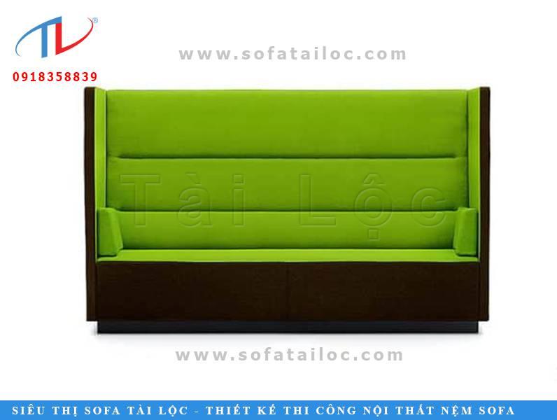Một băng ghế xanh với phần thân tựa phía sau khá dài và sắc nét. Bạn có thể dễ dàng đặt nó trong khuôn viên nơi bạn kinh doanh để sở hữu những mẫu bàn ghế cafe sofa đẹp sắc nét và lạ mắt.