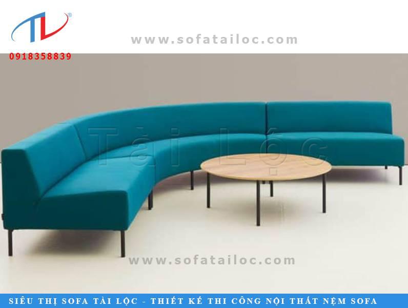 Những mẫu bàn ghế sofa cafe giá rẻ hình bán nguyệt tạo một luồng quay ấm cúng. Nó phù hợp để đặt tại những không gian quán cafe có diện tích rộng.