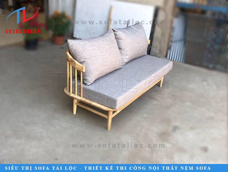 Những bộ bàn ghế sofa cafe giá rẻ bằng gỗ với bộ đệm ngồi êm ái dần trở thành một trong những lựa chọn ưu tiên của những người chủ quán cafe hiện nay. Nó không chỉ đem lại nét mộc mạc đậm chất tự nhiên từ các thanh gỗ chất lượng. Mà nó còn phảng phất nét đẹp đương đại hòa trộn đầy tinh tế với chất liệu vải bố bọc sofa nhập khẩu. Mang đến sựu ấm cúng và thoải mái nhất cho người sử dụng.