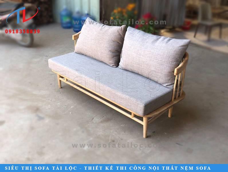 Với mẫu ghế sofa cafe giá rẻ bằng gỗ bọc nệm lần này mà Tài Lộc giới thiệu, bàn hoàn toàn có thể biến hóa nó với vô vàn màu sắc mỗi ngày bằng việc đặt may nhiều mẫu vỏ áo đệm ngồi, gối tựa lưng với nhiều gam màu khác biệt. Thế là chỉ cần một chiếc ghế cafe mà bạn có thể dễ dàng biến đổi phong cách mỗi ngày giúp không gian quán cafe thêm thu hút hơn.
