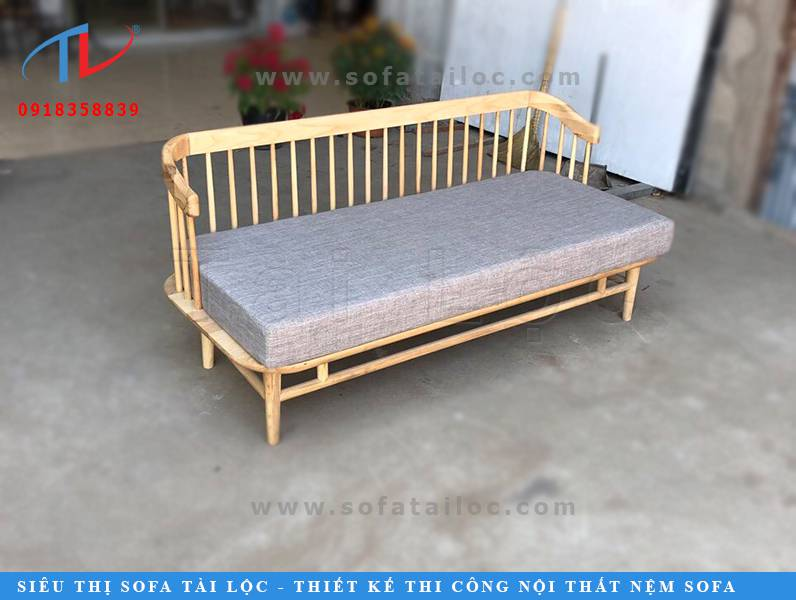 Mẫu ghế sofa giá rẻ cho quán cafe lần này có thể biến hóa theo nhiều phong cách khác nhau theo đúng ý khách hàng. Lúc thì bạn có thể chỉ sử dụng ghế gỗ với phần lưng tựa xinh xắn. Lúc thì bạn có thể phối cùng một chiếc đệm ngồi bọc vải. Và đôi khi bạn cũng có thể thêm vào hai chiếc gối tựa lưng cho thêm xinh nữa đấy.