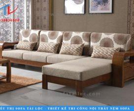Mẫu ghế sofa gỗ phòng khách hiện đại với phần khung gỗ bạch dương được đục đẽo tinh tế. Điểm nhấn đặc biệt là phần tay gỗ uốn lượn vô cùng đẹp mắt. Phần vải bọc hoa văn dùng làm đệm tựa và trang trí gối ôm tạo được ấn tượng nhưng vô cùng thanh nhã.