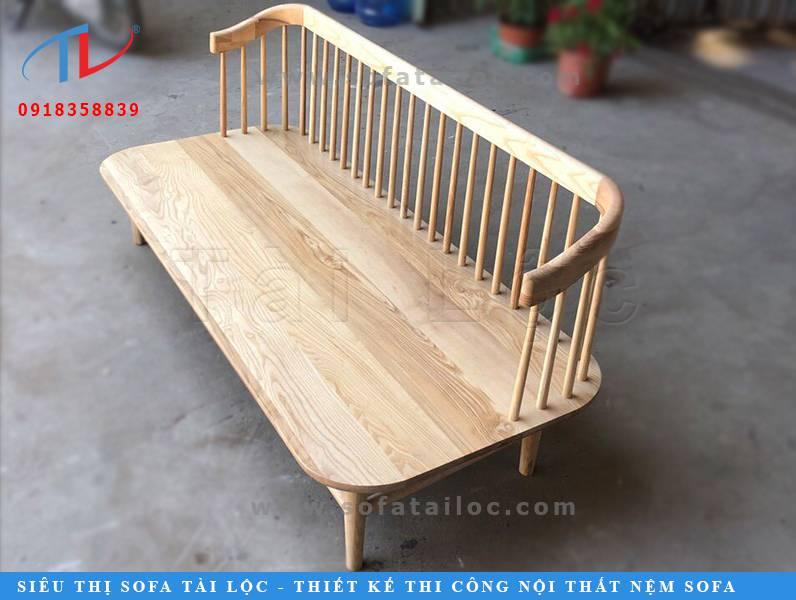 Mẫu ghế gỗ giá rẻ cho quán cafe mà Tài Lộc giới thiệu đến khách hàng lần này có thiết kế vô cùng tinh tế. Phần ghế gỗ được nhấn nhá chủ yếu vào phần lưng ghế với những khoảng trống đẹp mắt và cân xứng.