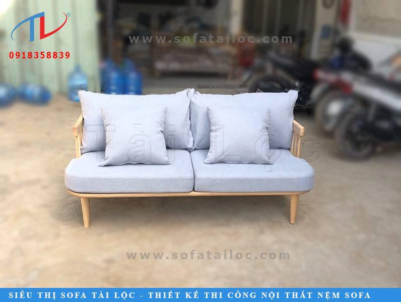 Mẫu ghế sofa cafe hiện đại với kích thước nhỏ gọn có thể phối hợp được với nhiều không gian, thậm chí là những không gian nhỏ hẹp. Ngoài ra, những mẫu ghế gỗ phối nệm có thể dễ dàng kiến tạo thành 2 kiểu ghế khác nhau. Khi bạn lấy hết nệm gối đi nó sẽ trở thành một chiếc ghế gỗ mộc mạc và đơn giản. Khi thêm đệm gối vào thì sẽ khiến bộ ghế được cách tân và nền nã hơn.