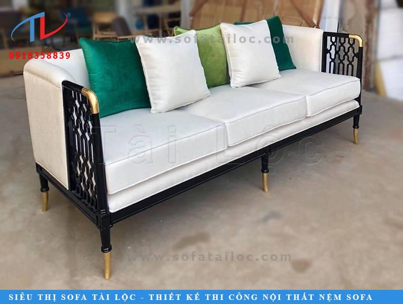 Mẫu sofa cho quán cafe đẹp giá rẻ với gam màu trắng đen hòa quyện vô cùng tinh tế. Bạn có thể sử dụng gối ôm màu trắng để trang trí. Nhưng bạn cũng có thể sử dụng bất kỳ gối ôm màu nào mà bạn yêu thích sao cho phù hợp nhất với không gian quán và những món đồ nội thất xung quanh quán cafe. Gợi ý là bạn có thể đặt làm nhiều vỏ gối ôm khác màu để có thể liên tục thay đổi phong cách quán mà không sợ tốn quá nhiều chi phí đâu nhé!