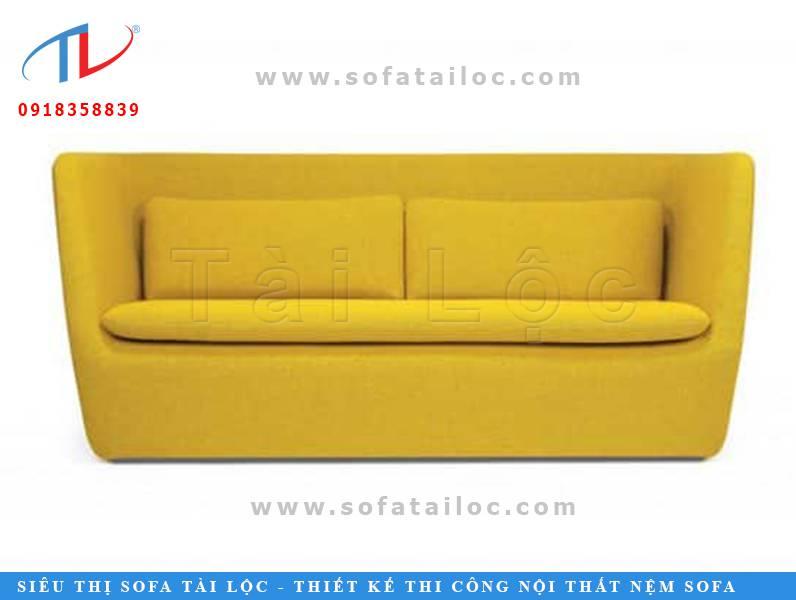 Một băng ghế vàng được thiết kế độc đáo và đầy tính thẩm mỹ với phần thân lớn dần theo hướng từ dưới lên. Các góc cũng được bo nét xinh xắn và cẩn thận. Xưởng sản xuất bàn ghế sofa cafe giá rẻ Tài Lộc luôn khiến khách hàng hài lòng dù là những chi tiết nhỏ nhất.