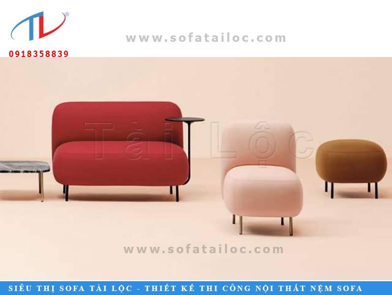 Mẫu sofa cafe đơn giá rẻ cực xinh xắn khi hòa trộn giữa màu đỏ, kem và hồng nude. Đặt trong quán cafe sơn tường màu cam nude gần như là một ý tưởng hoàn hảo nhất.