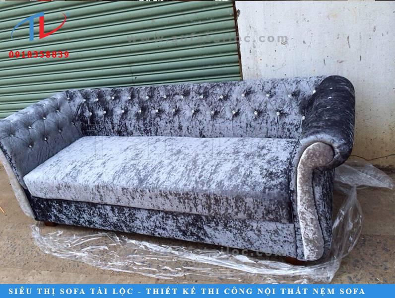 Mẫu sofa đơn giá rẻ này trước đây cũng từng là cơn sốt cho những ai kinh doanh quán cafe. Hiện nay, chất liệu nhung vải loại này đã không còn được chuộng nhiều như tầm 2,3 năm trước nữa.