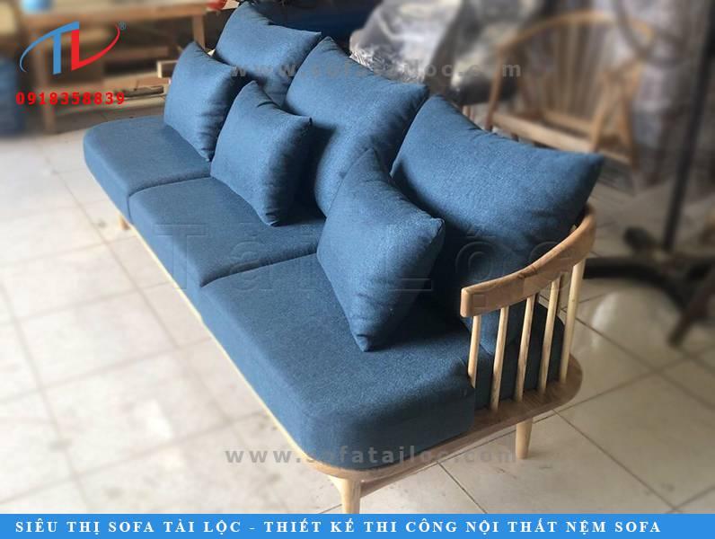 Bộ sofa gỗ cafe được bọc vải bố màu xanh trông khá thu hút. Gam màu này cũng khá trẻ trung và tươi mới. Ngoài ra khách hàng cũng có thể đặt làm ghế theo bất kỳ gam màu nào mà bạn yêu thích. Nhưng hãy nhớ lựa chọn gam màu phù hợp với màu sơn tường và nội thất xung quanh quán cafe nhé!
