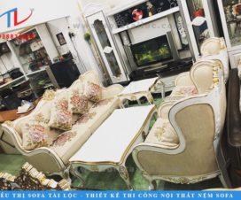 Mẫu sofa phòng khách tân cổ điển ROY mang đường nét quý tộc với phần khung chạm trỗ kiêu kỳ, phần vỏ được bọc bằng lớp vải hoa cực sang và ấn tượng. Trên nền kem sang chảnh, những bông hoa như được tỏa sắc một cách hoàn hảo nhất.