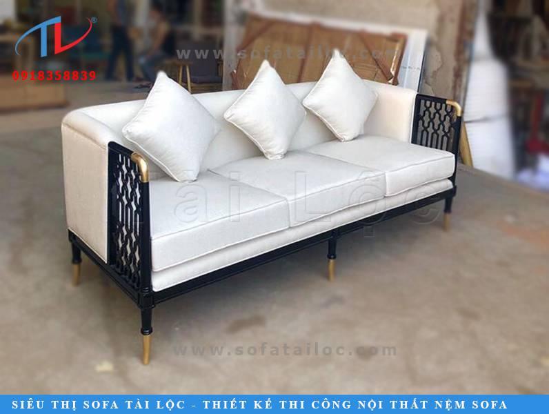 Mẫu sofa quán cafe đẹp với phần chân ghế chủ yếu được sơn theo 2 tông màu chính là đen và nâu.