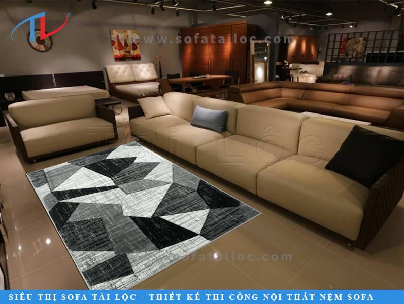 Thảm phòng khách lót dưới sofa dần trở thành một món đồ nội thất quan trọng trong các bản vẽ thiết kế nhà ở ngày nay. Điểm nhấn thú vị này là cách tôn lên bộ sofa và nét đẹp của căn phòng bạn trang trí.