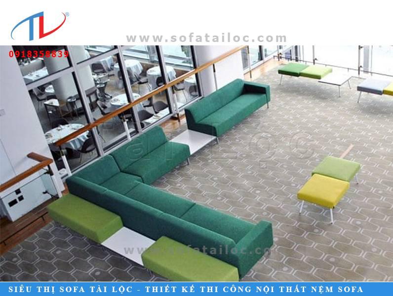 Một trong những ý tưởng bàn ghế sofa đẹp thiết kế cho quán cafe. Kiểu ghế này cũng có hình dạng đơn giản nên sẽ không tốn kém quá nhiều tiền bạc. Mang lại nét đẹp vừa tinh tế và thanh lịch cho không gian quán của bạn