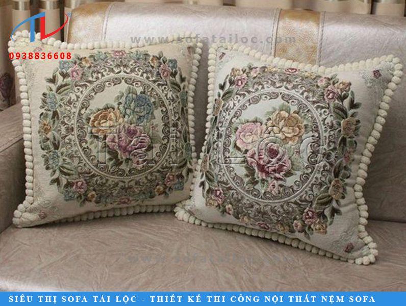 Những chiếc gối sofa gỗ cổ điển với các chi tiết may cầu kỳ hay họa tiết hoa văn sắc nét, tỉ mỉ luôn là sự lựa chọn của nhiều khách hàng khi mua gối trang trí cho bộ sofa cổ điển của họ.