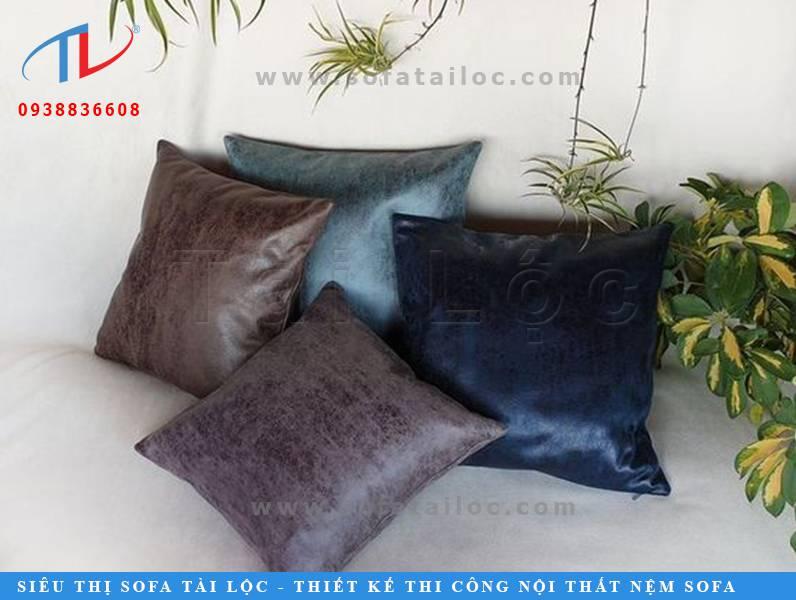 Gối trang trí sofa da rất phù hợp với những mẫu ghế cao cấp