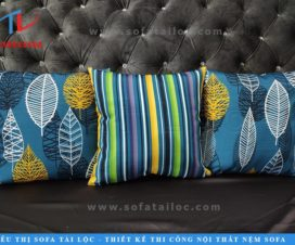 Gối tựa lưng sofa đẹp với họa tiết kẻ sọc và hoa văn hoa lá hiện đại.
