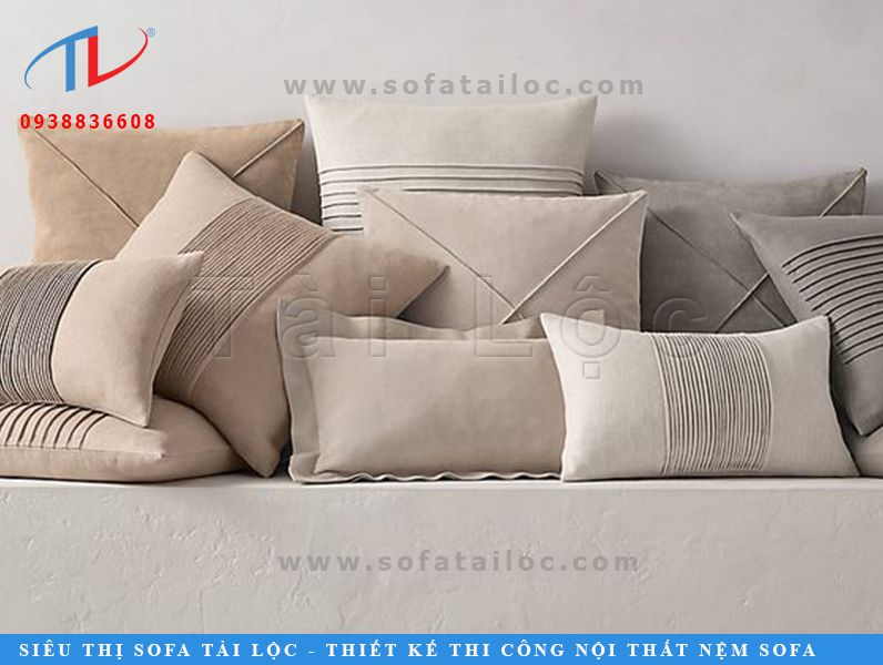 Kích thước gối sofa gỗ cũng là một yếu tố khá quan trọng. Hãy nhớ rằng: đừng quá to cũng đừng quá nhỏ, vừa vặn là đẹp nhất.
