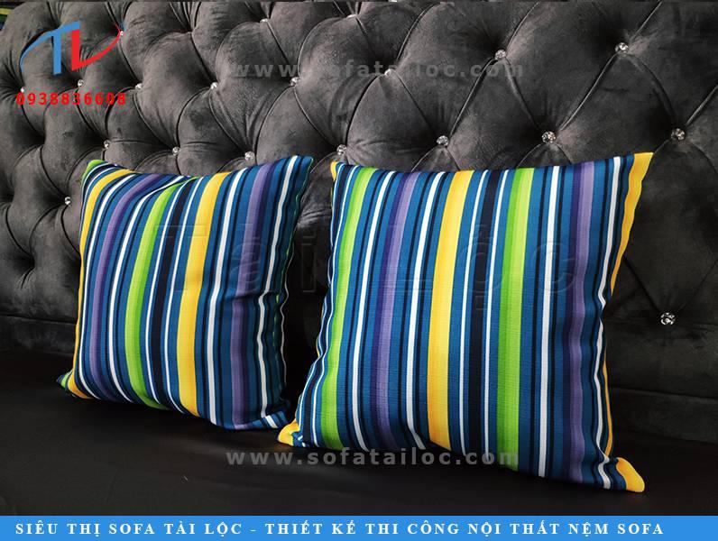 Mẫu gối tụa lưng sofa đẹp với họa tiết kẻ sọc phối cùng những gam màu tươi sáng mang đến nét đẹp ấn tượng cho bộ sofa hay chiếc giường ngủ mà bạn trang trí