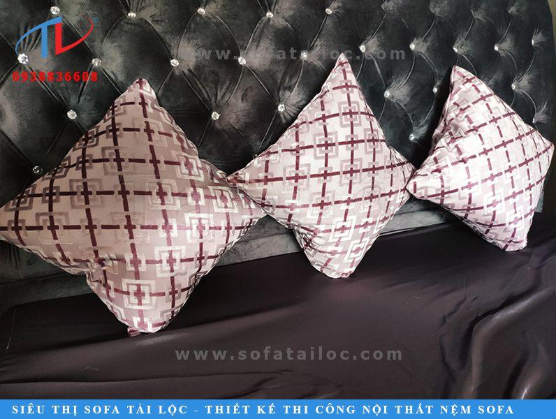 Gối gòn cho sofa ngày càng được quan tâm vì không chỉ đơn thuần là trang trí bộ sofa nhà bạn thêm sang trọng mà cũng đem lại sự thoải mái, êm ái cho người sử dụng. Phát huy tác dụng tối đa với những bộ sofa gỗ cứng nhắc