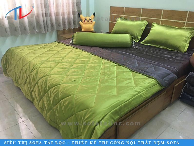 Chăn drap gối đệm lụa Thái Tuấn màu xanh xám kết hợp mang đến sự nổi bật và mới lạ cho không gian. Đặc biệt là khi may 2 tông màu kết hợp, bạn co thể thường xuyên thay đổi không gian giường ngủ xinh xinh của mình