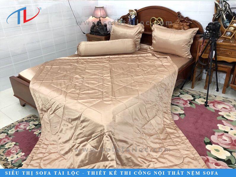 Chăn drap gối nệm lụa Thái Tuấn màu nude được đông đảo khách hàng ưa chuộng bởi sự sang trọng, dễ phối hợp với nhiều kiểu không gian.