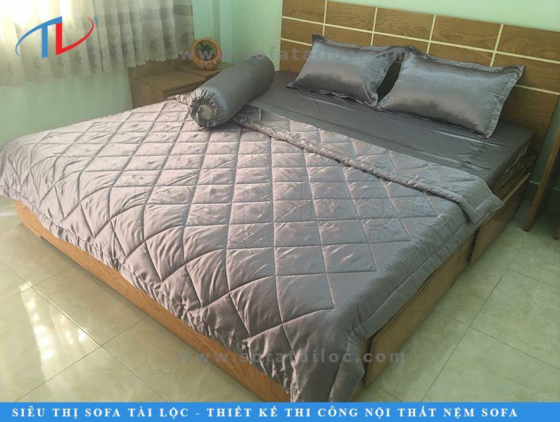 Chăn ga gối đệm lụa Thái Tuấn màu xám - gam màu trung tính không bao giờ lỗi thời qua các năm và dễ dàng phối hợp cùng bất kỳ mẫu giường nào hiện nay
